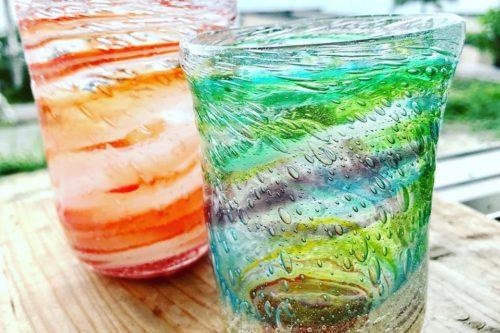 元気カラーの泡グラス。