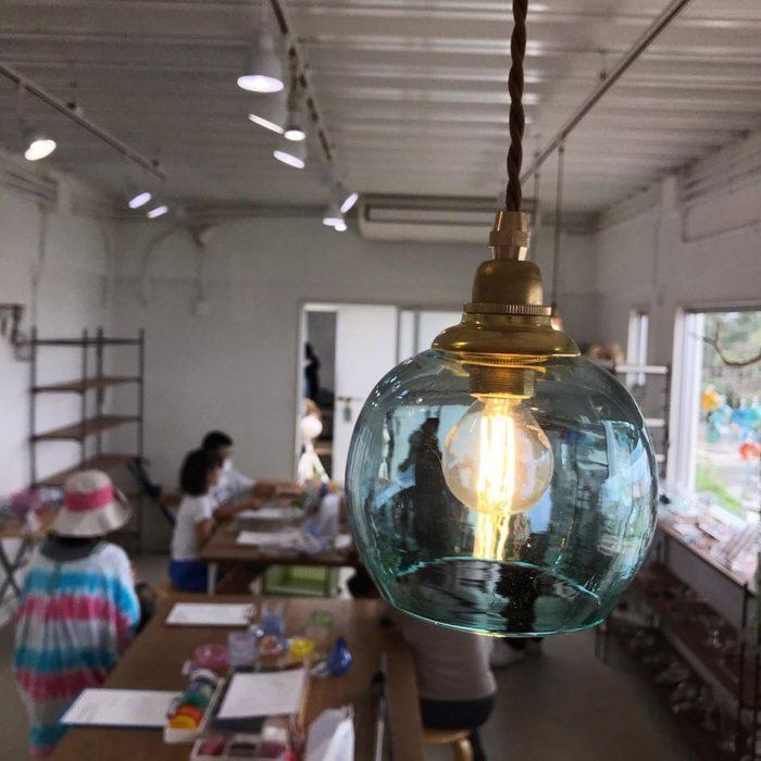 石垣島ガラス工房PONTEのランプシェードと店内の様子