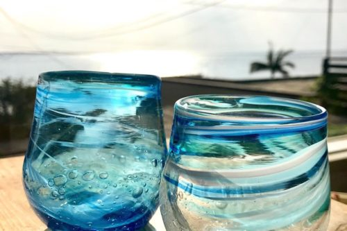 青と白のグラス