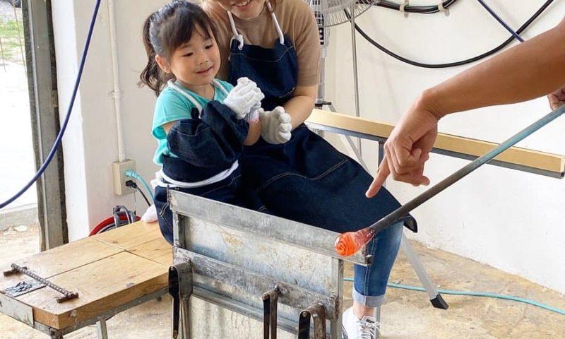 宮古島吹きガラス体験。小さなお子様でも体験できます。