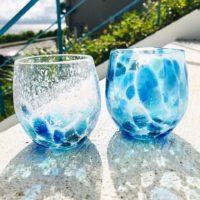 モザイク柄のグラス。波の砕ける波打ち際が見えます!